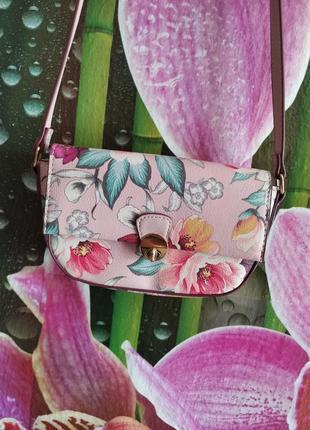 Пудровая сумочка в пионы
