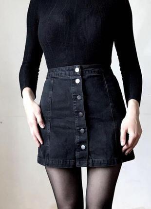 Черная джинсовая юбка на пуговицах