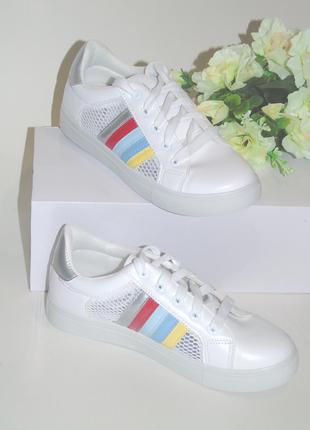 В наличии белые кроссовки с яркими полосками
