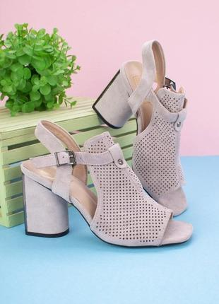 Замшевые босоножки серые на толстом каблуке с квадратным носом