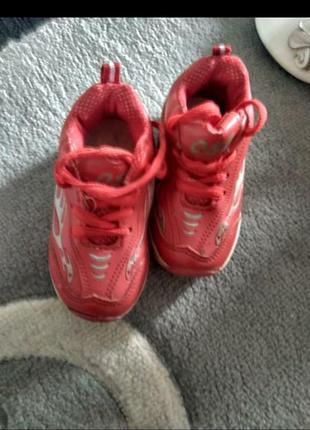 Кроссовки удобные,практичные,не промокают.