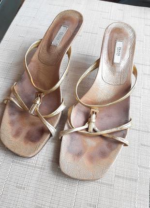 Модные босоножки золотые prada широкий носик низкий каблук
