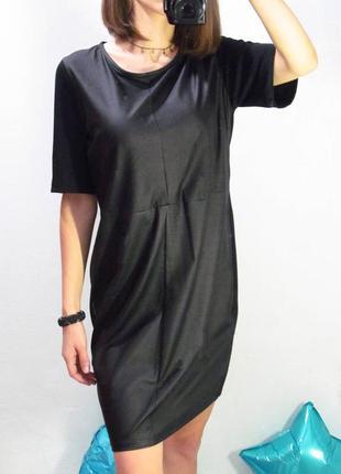 Черное платье средней длины под кожу.