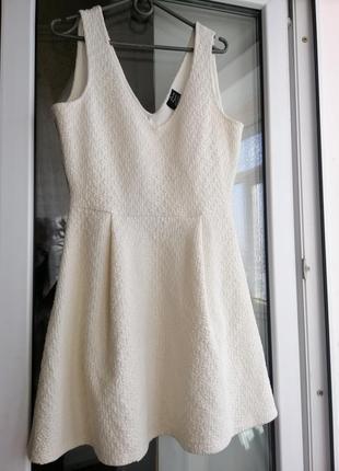 Платье zara trafaluc белое молочное короткое пышное нарядное с вырезом декольте