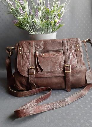 Кожаная красивая коричневая сумка на длинном ремешке фирмы new look