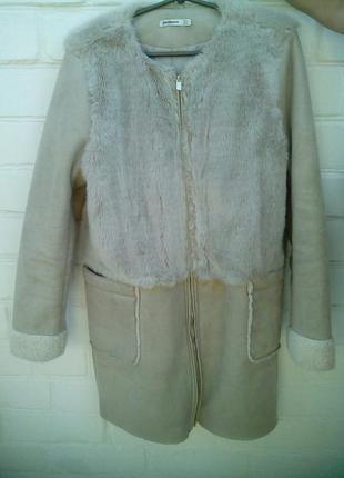 Красивое теплое демисезонное пальто с овчиной от stradivarius