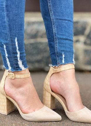 Новые шикарные женские бежевые туфли с острым носком