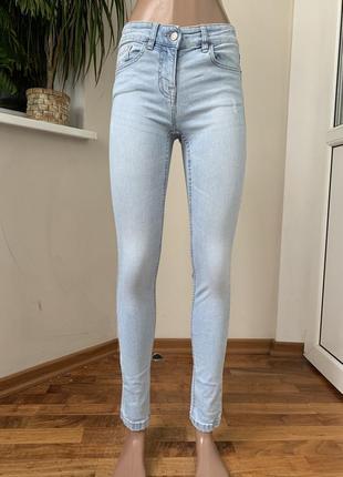 Светлые джинсы скини