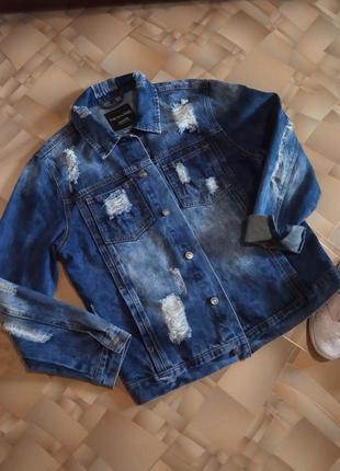 Актуальная джинсовая куртка с рваностями и потертостями италия.