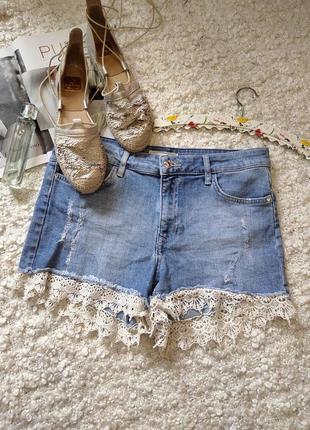 Шыкарные джинсовые шорты с ажурным низом,высокая талия.