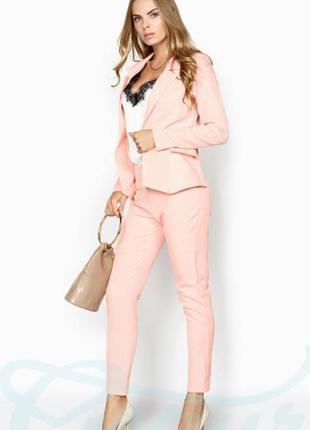 Легкий деловой стильный костюм