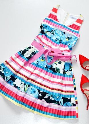 Красивое яркое дизайнерское платье