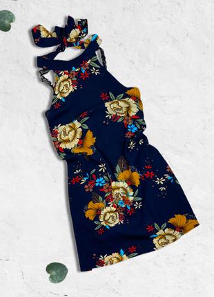Платье в цветы с завязочками на шее и кружевом на спине