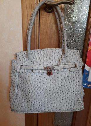 Красивая сумка в отличном состоянии. цвет светло-серый.