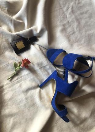 Шикарные босоножки на каблуке цвета электрик от atmosphere