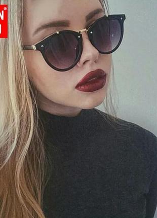 Милые солнцезащитные очки с чёрной оправой