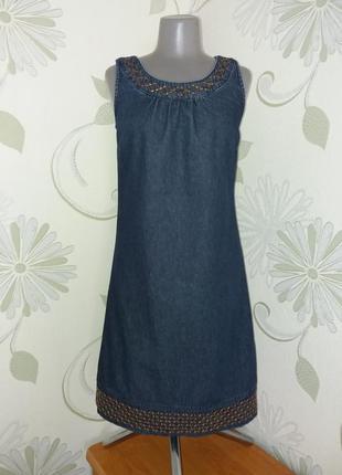 Платье джинсовое в стиле ретро свободного кроя с вышивкой