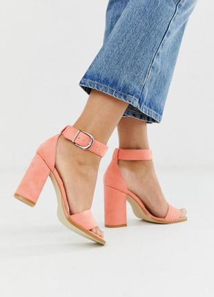 Персиковые босоножки на каблуке