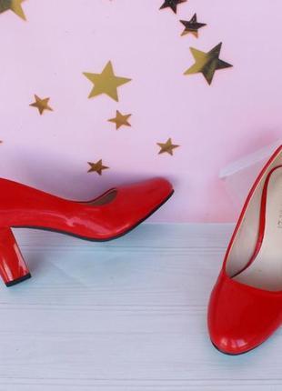 Красные туфли 36, 37 размера на устойчивом каблуке