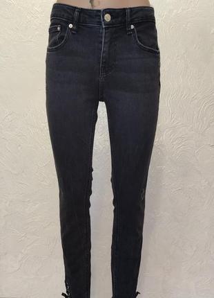 Брендовые джинсы с необработаным низом от zara
