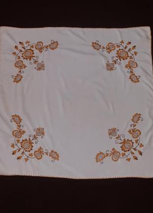 Белая скатерть с вышивкой лён