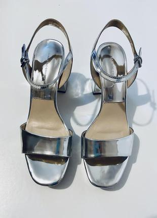 Стильные серебрянные босоножки на массивном каблуке от zara