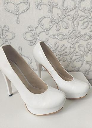 Кожаные туфли на каблуке