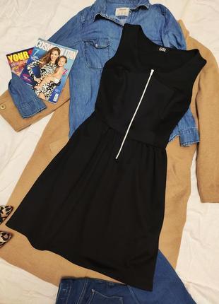 G21 платье чёрное спортивное с белой молнией спереди базовое миди