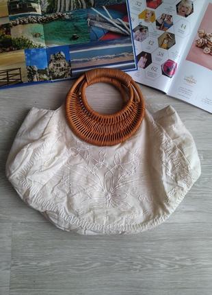 Белая сумка с плетенной ручкой