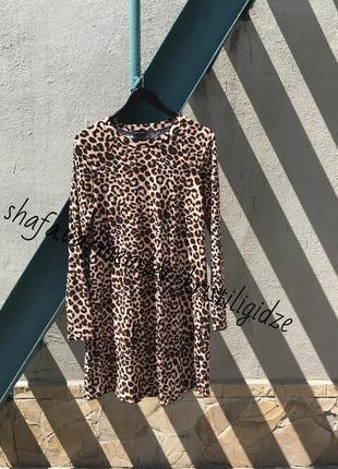 Красивое платье в леопардовый принт с длинными рукавами