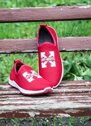 Червоні сліпони, кросівки