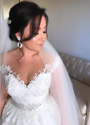 Нежнейшее свадебное платье со шлейфом цвета айвори