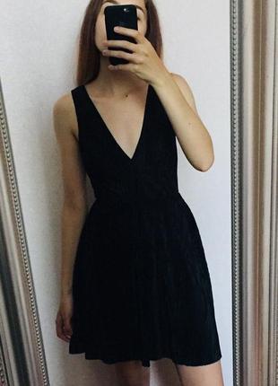 Плиссированное чёрное мини платье открыта спина v вырез