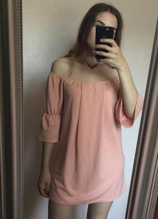Розовое пудровое нежное платье мини с открытыми плечами с воланами прямой крой