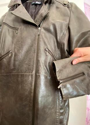 Пальто та чоботи шкіряні одним комплектом.