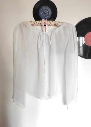 Полупрозрачная белая блузка с завязками