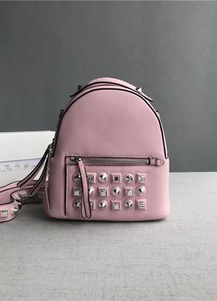 Рюкзак сумка fendi кожаный с заклепками пудрового цвета с ремешком в комплекте