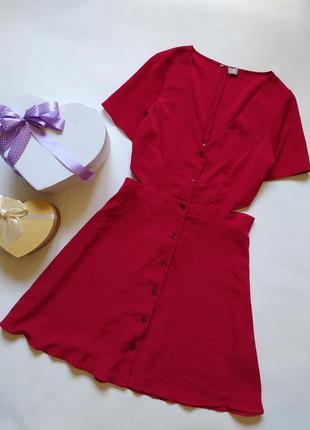 Красное платье с вырезом на спине