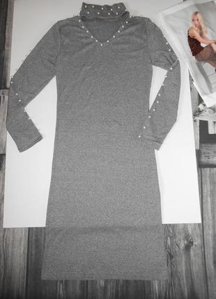 Стильное трикотажное миди платье-гольф в мелкий рубчик с чокером,украшено бусинками