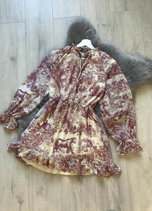 Шифоновое платье с объемными рукавами v- образным вырезом и интересным принтом