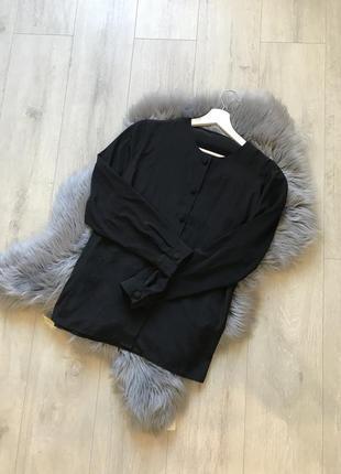 Чёрная блуза с круглым воротом и пуговицами