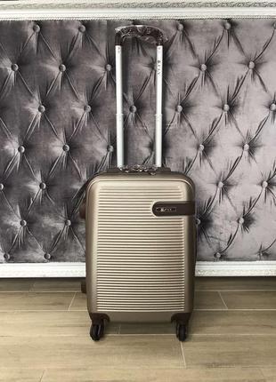 Пластиковый чемодан ручная кладь цвета шампань