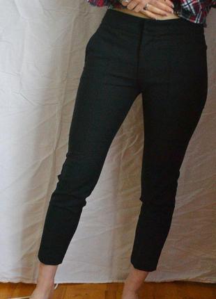 Офисные деловые черные классические укороченные брюки mango