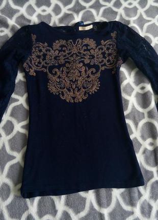Красивая темно-синяя кофточка с принтом и рукавами из гипюра