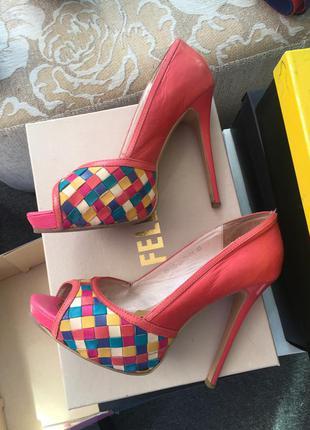 Яркие туфли