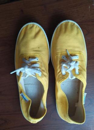 Яркие жёлтые кеды