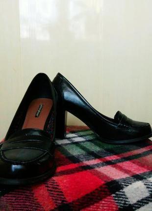 Трендовые туфли на устойчивом каблуке atmosphere