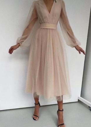 Бежевое вечернее фатиновое платье
