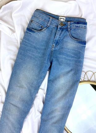 Синие голубые джинсы с высокой посадкой