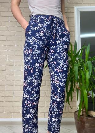 Синие легкие брюки в цветы, бежевые